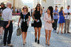 (I a D): Linda Hamilton y Nicole Scherzinger, cantante, madrastra y novia de Lewis Hamilton, Mercedes AMG F1