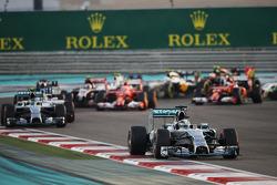 Lewis Hamilton, Mercedes AMG F1 W05, führt den Start an