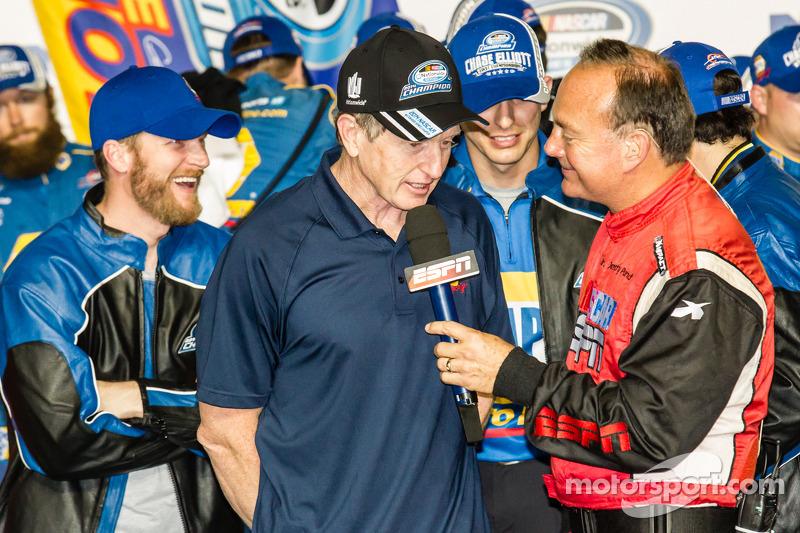 Şampiyona zafer çizgisi: Bill Elliott kutlama yapıyor ve Dale Earnhardt Jr.