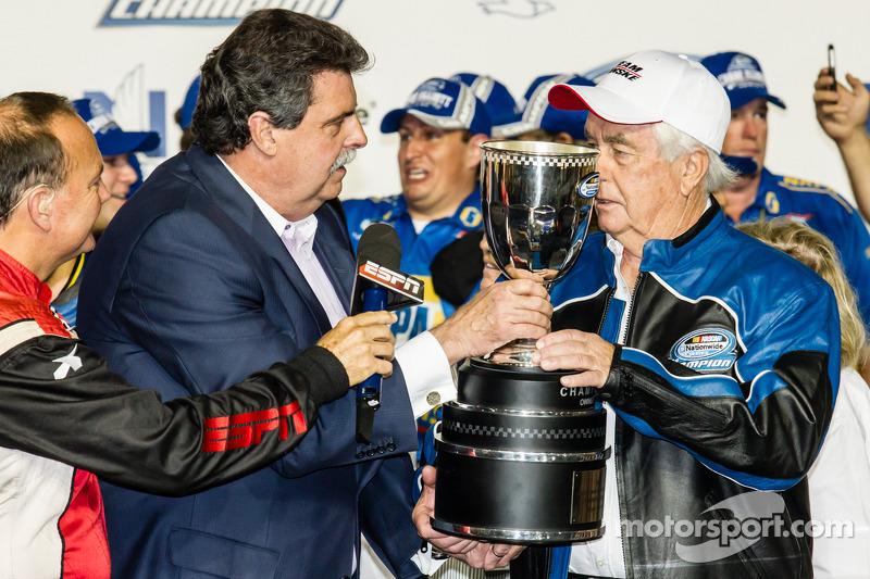 Şampiyona zafer çizgisi: NASCAR Nationwide Serisi 2014 şampiyonu takım sahibi Roger Penske ve NASCAR