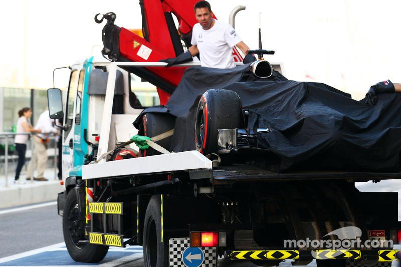 La MP4-29H McLaren di Stoffel Vandoorne, McLaren tester e pilota di riservaviene portata di nuovo ai box sul retro di un camion