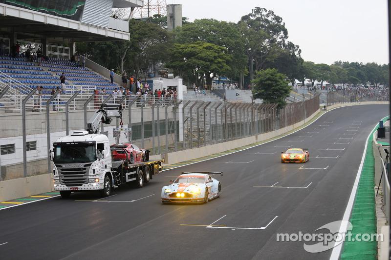 La Ferrari di Matteo Cressoni è portato via dopo un incidente grave con Mark Webber