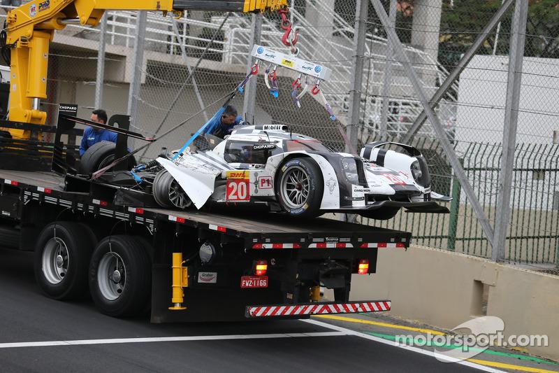 La Porsche 919 Hybrid di Mark Webber viene portata via dopo un incidente grave con Matteo Cressoni