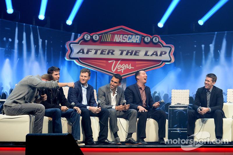 I piloti 2014 Chase ridono sul palco durante After the Lap