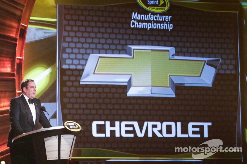 General Motors Ürün Geliştirme Yardımcı Başkan Vekili  2014 NASCAR Sprint Kupası Üreticiler Şampiyonluğu ödülünü kabul ediyor