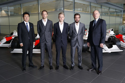 Yasuhisa Arai, director de Honda Motorsport, Jenson Button, Kevin Magnussen, Fernando Alonso y Ron Dennis, Chairman y CEO de McLaren
