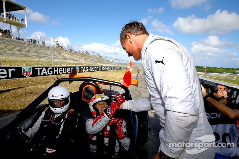 Vincitore Tom Kristensen riceve i complimenti dal secondo posto David Coulthard