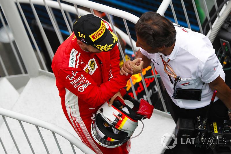 Sebastian Vettel, Ferrari, celebra su victoria camino al podio de Canadá
