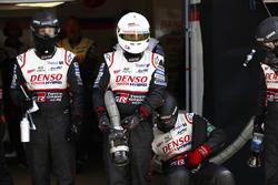 Механики Toyota Gazoo Racing в ожидании пит-стопа