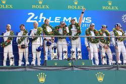 Podium du LMGTE Pro : les vainqueurs, Michael Christensen, Kevin Estre, Laurens Vanthoor, Porsche GT Team, les deuxièmes, Richard Lietz, Gianmaria Bruni, Frédéric Makowiecki, Porsche GT Team, les troisièmes, Joey Hand, Dirk Müller, Sébastien Bourdais, Ford Chip Ganassi Racing