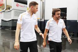 Stoffel Vandoorne, McLaren, et Fernando Alonso, McLaren