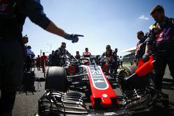 Kevin Magnussen, Haas F1 Team VF-18, arrives on the grid