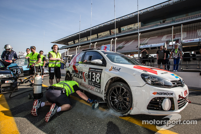 #138 KPM Racing, Volkswagen Golf back in pits after a crash