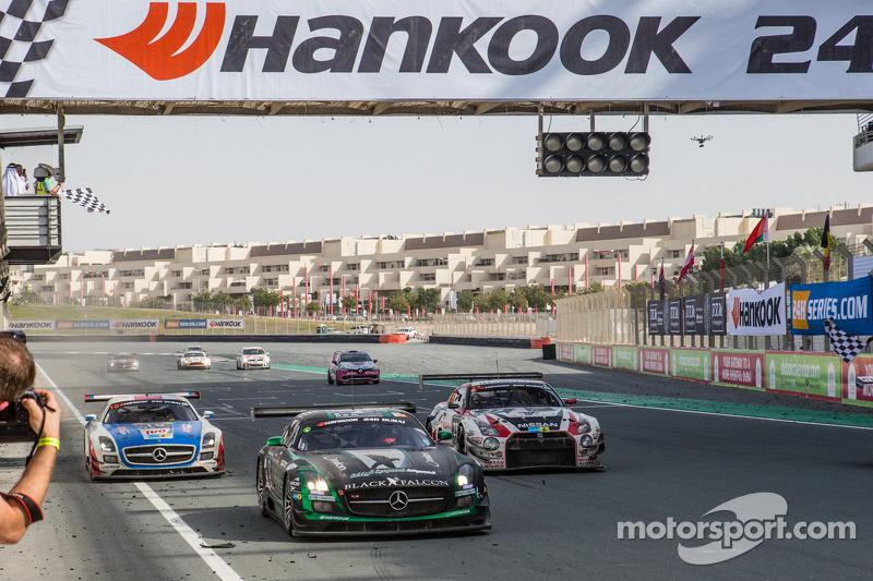 #2 Black Falcon, Mercedes SLS AMG GT3: Abdulaziz Al Faisal, Hubert Haupt, Yelmer Buurman, Oliver Webb sehen die Zielflagge