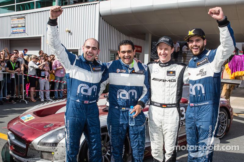 Peringkat kedua Adam Christodoulou, Cheerag Arya, Thomas Jäger, Tom Onslow-Cole celebrate