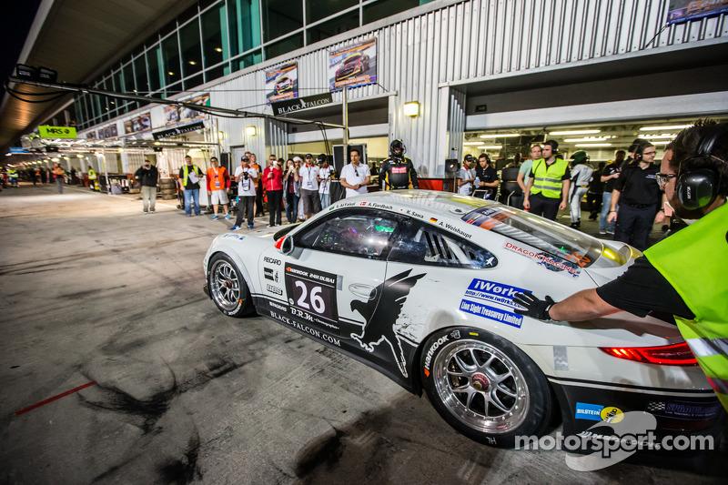 Pit stop untuk #26 Black Falcon Porsche 991 Cup: Saud Al Faisal, Anders Fjordbach, Keita Sewa, Andr