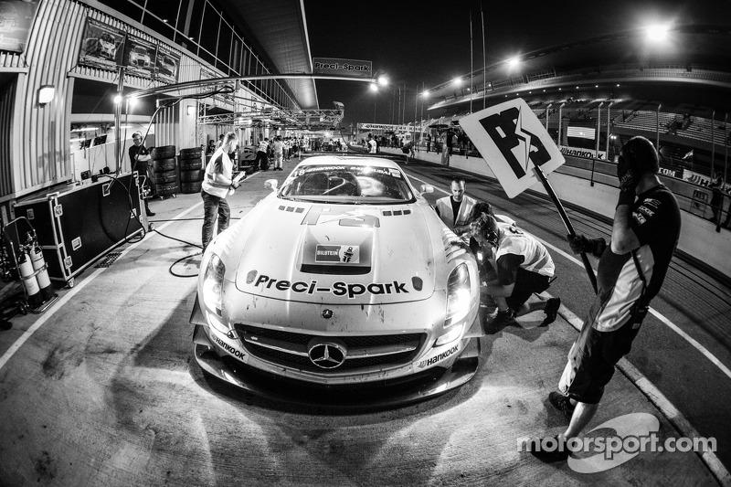 Pit stop untuk #18 Preci - Spark Mercedes SLS AMG GT3: David Jones, Godfrey Jones, Philip Jones, Ga
