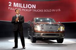 Presidente de Nissan con la Titan de Nissan