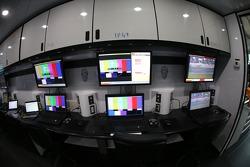 Monitoren geven informatie over de pitstraatingang door aan NASCAR-officials