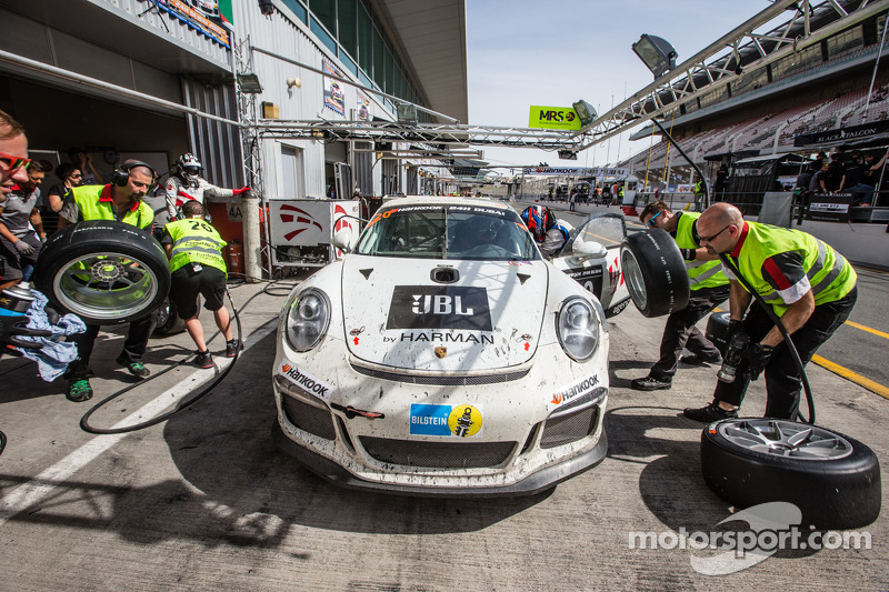 Pit stop for #20 MRS GT-Racing Porsche 991 Cup: Manuel Nicolaidis, Olivier Baharian, Thierry Blaise, Johnson Huang