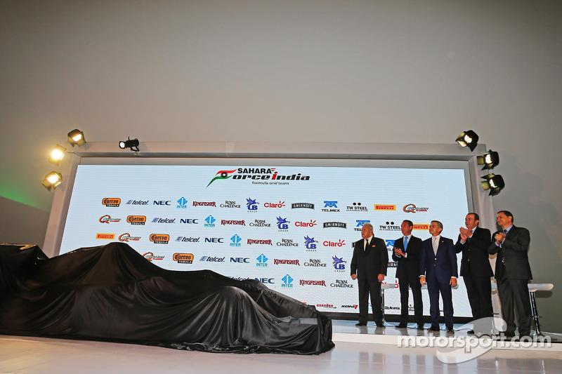 (从左到右)维杰·玛尔雅,印度力量车队老板,和卡洛斯·斯利姆,商人;米格尔·安琪儿·曼切拉,墨西哥城市长;弗朗西斯科·马斯·佩那,旅游部长;亚历杭德罗·索博仁,Interamericana集团CEO