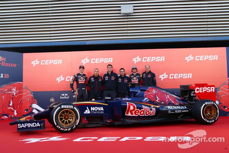 Der Scuderia Toro Rosso STR10 wird enthüllt: Max Verstappen, Scuderia Toro Rosso; Paolo Marabini, Scuderia Toro Rosso, Chefdesigner; James Key, Scuderia Toro Rosso, Technischer Direktor; Matteo Piraccini, Scuderia Toro Rosso, Chefdesigner; Franz Tost, Teamchef