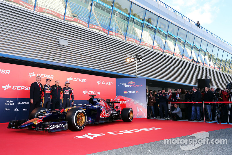 (da sinistra a destra): Max Verstappen, Scuderia Toro Rosso; Franz Tost, Team Principal Scuderia Toro Rosso e Carlos Sainz Jr., Scuderia Toro Rosso svelano la nuova Scuderia Toro Rosso STR10