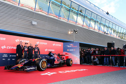 (L naar R): Max Verstappen, Scuderia Toro Rosso; Franz Tost, Scuderia Toro Rosso teambaas en Carlos Sainz Jr., Scuderia Toro Rosso onthullen de nieuwe Scuderia Toro Rosso STR10