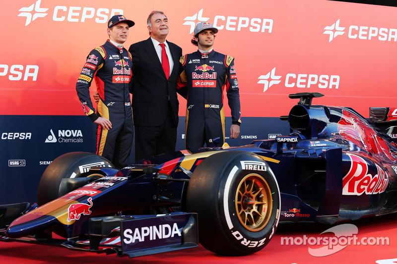 (da sinistra a destra): Max Verstappen, Scuderia Toro Rosso con il Vice Presidente Marketing di Cepsa e Carlos Sainz Jr., Scuderia Toro Rosso alla presentazione della Scuderia Toro Rosso STR10