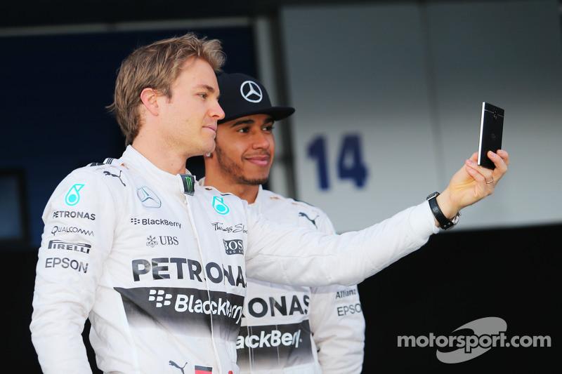 (da sinistra a destra): Nico Rosberg, Mercedes AMG F1 con il compadno di squadra Lewis Hamilton, Mer