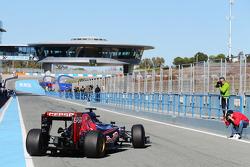 Carlos Sainz Jr., Scuderia Toro Rosso STR10 deixa os boxes