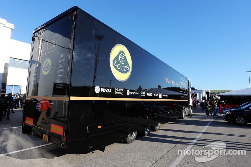Ein Truck des Lotus F1 Teams erreicht das Fahrerlager
