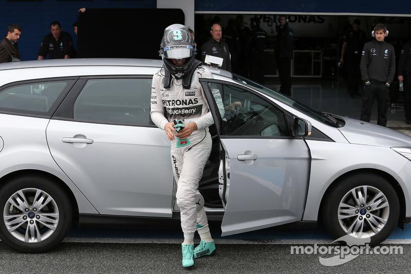 Ніко Росберг, Mercedes AMG F1 заїзав назад на піт-лейні після зупинки на трасі