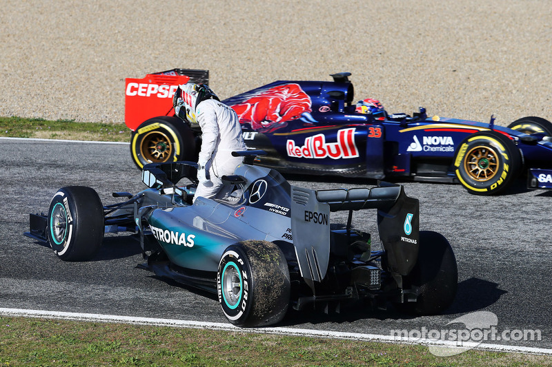 Lewis Hamilton, Mercedes AMG F1 W06, hält auf der Strecke an