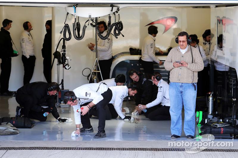 Scheich Mohammed bin Essa Al Khalifa, Geschäftsführer des Bahrain Economic Development Board und McLaren-Teilhaber, als Mechaniker die Box putzen