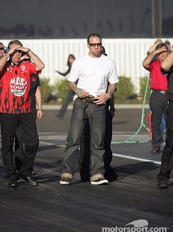 Jesse James and the Mac Tools crew watch Scott Kalitta's run