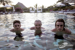 Giancarlo Fisichella, Flavio Briatore and Fernando Alonso in the pool