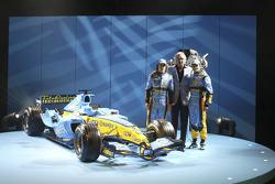 Fernando Alonso, Flavio Briatore and Giancarlo Fisichella with the new Renault R25