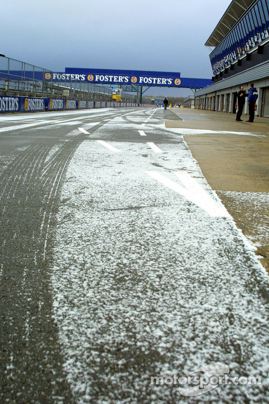 Schnee in der Boxengasse