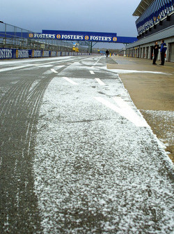 Снег на пит-лейне