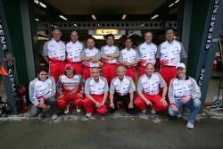 Ralf Schumacher, Jarno Trulli and Ricardo Zonta pose with Toyota team members