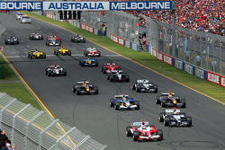 Start: Jarno Trulli battles with Mark Webber