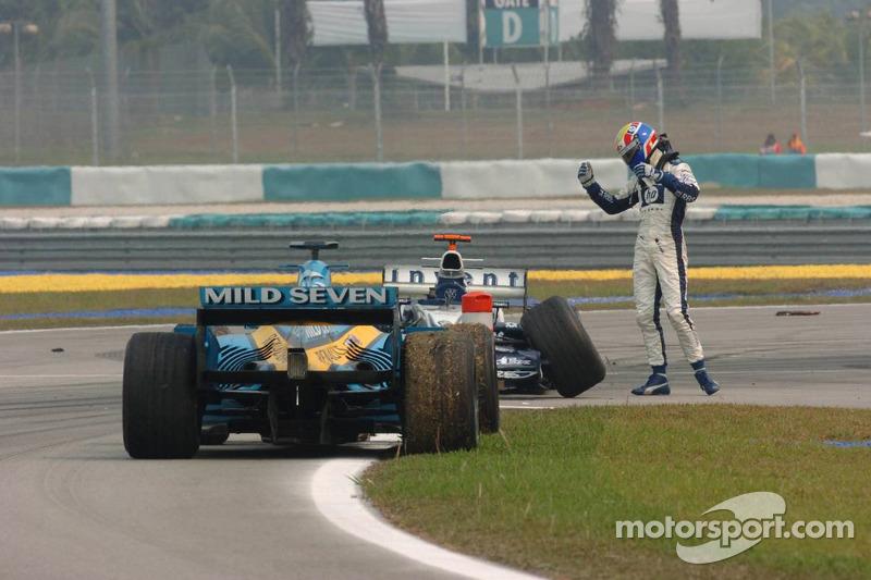Mark Webber no esta feliz con Giancarlo Fisichella