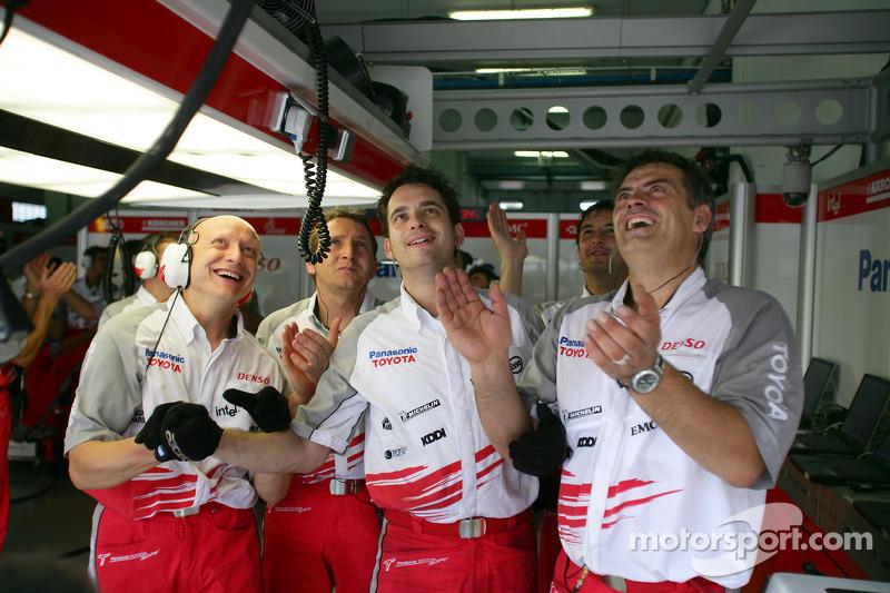 Los miembros del equipo Toyota celebran segundo lugar para Jarno Trulli