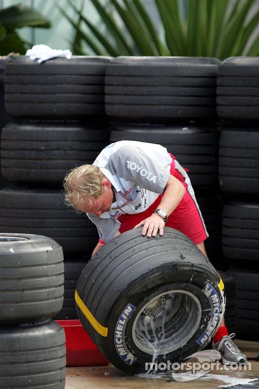 Miembro del equipo de Toyota prepara los neumáticos