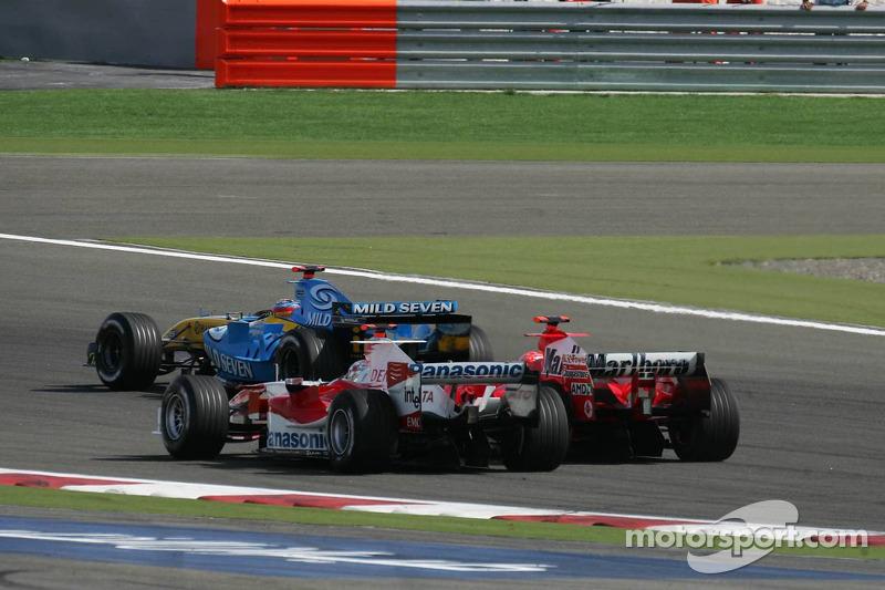 Inicio: Fernando Alonso conduce Jarno Trulli y Michael Schumacher