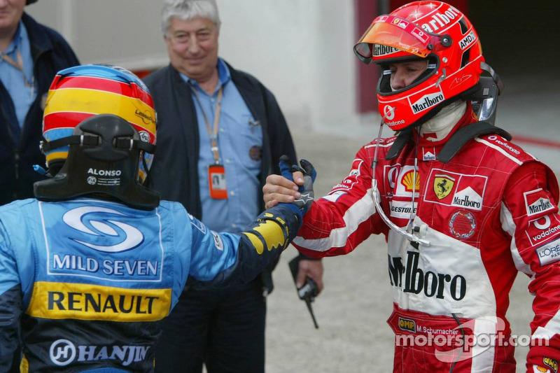 Fernando Alonso y Michael Schumacher se felicitan