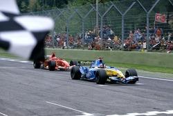 Fernando Alonso gana la carrera por delante de Michael Schumacher