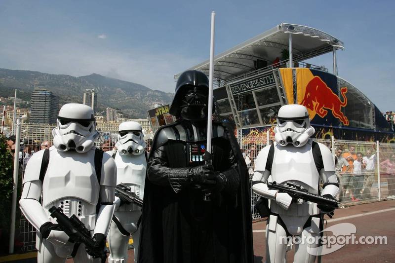(F1) Darth Vader con sus Stormtroopers en el pitlane