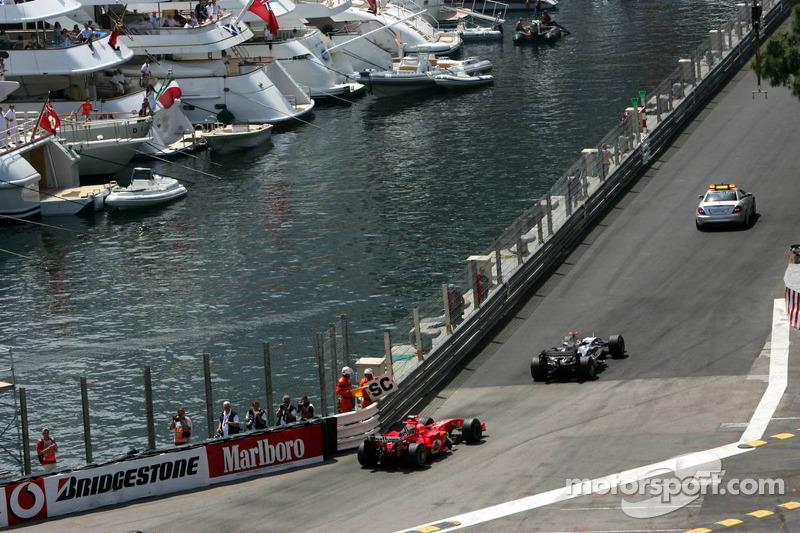 Coche de seguridad por delante de Kimi Raikkonen